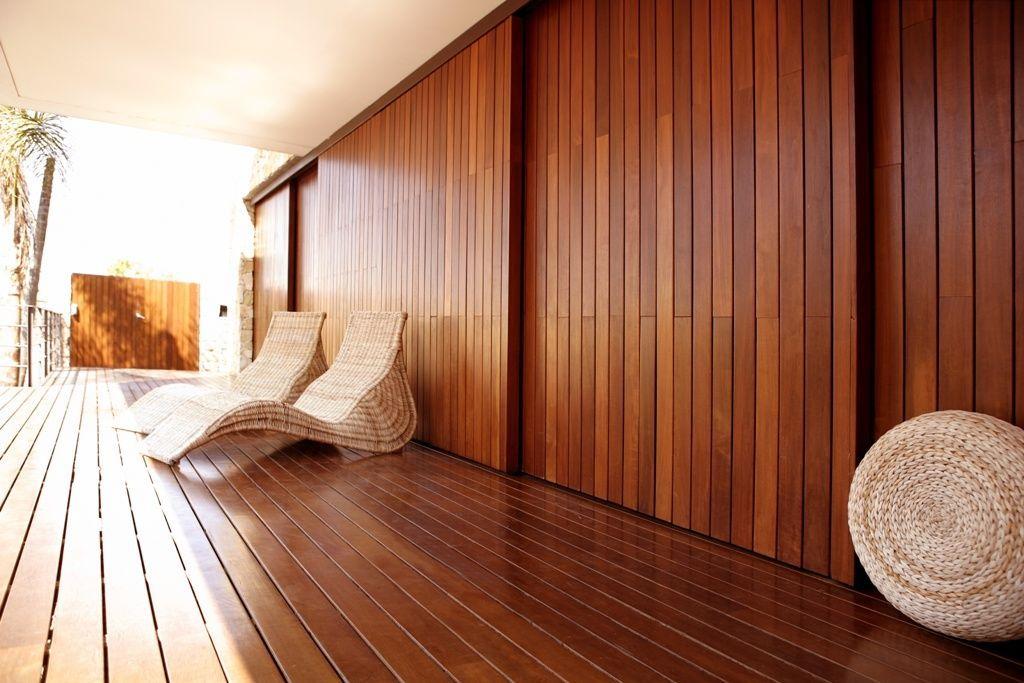 Вертикальная отделка дома досками и рейками фото