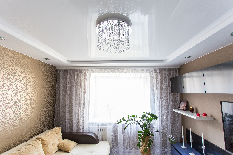 продолговатые, вытянуты фото натяжного глянцевого потолка с люстрой чтобы